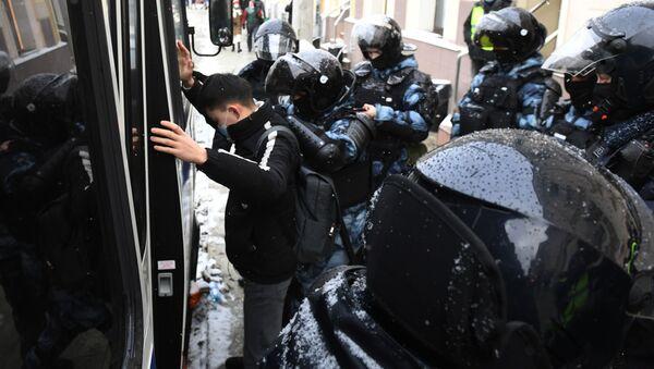 Funkcjonariusze organów ścigania zatrzymali uczestnika nielegalnego wiecu zwolenników Aleksieja Nawalnego w Moskwie - Sputnik Polska