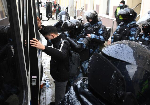 Funkcjonariusze organów ścigania zatrzymali uczestnika nielegalnego wiecu zwolenników Aleksieja Nawalnego w Moskwie
