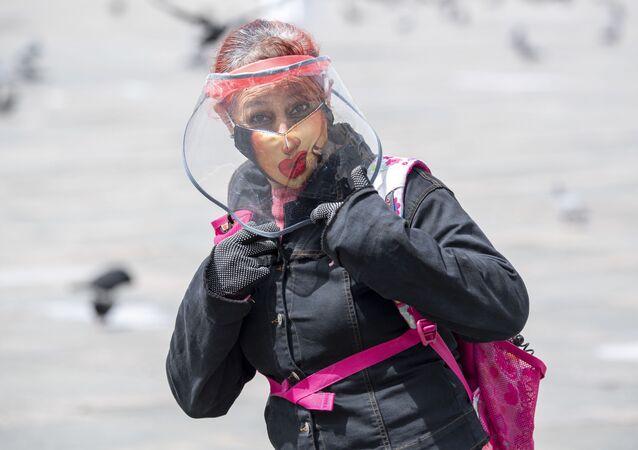 Kobieta w masce ochronnej, Bogota, Kolumbia
