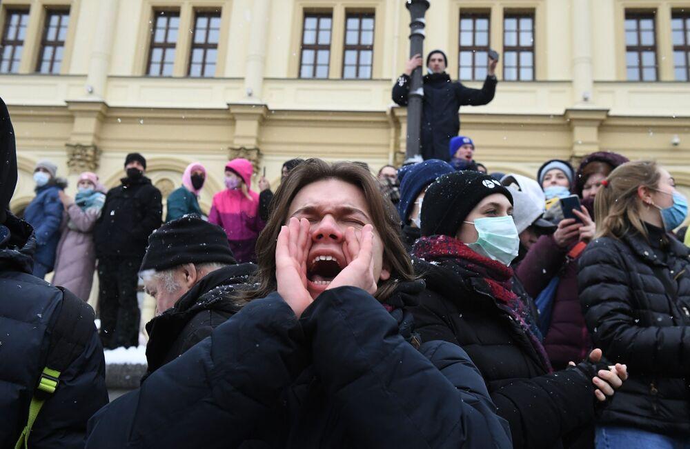 Uczestnicy nielegalnego protestu zwolenników Aleksieja Nawalnego w Moskwie.
