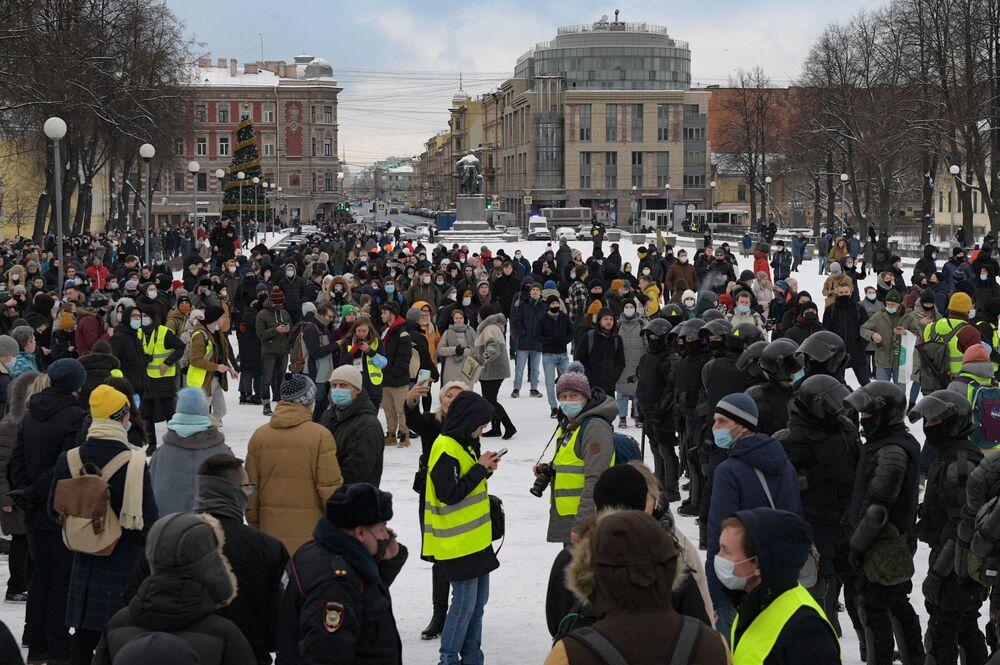 Funkcjonariusze organów ścigania i uczestnicy nielegalnego protestu zwolenników Aleksieja Nawalnego w Petersburgu.
