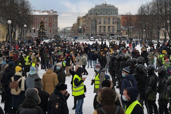 Funkcjonariusze organów ścigania i uczestnicy nielegalnego protestu zwolenników Aleksieja Nawalnego w Petersburgu - Sputnik Polska
