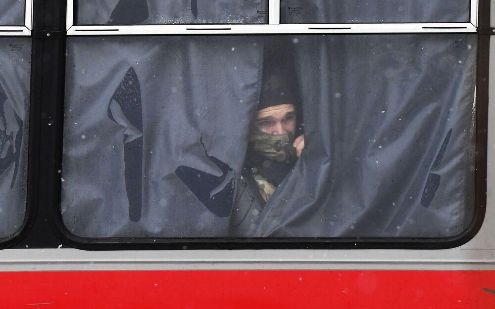 Funkcjonariusze organów ścigania w autobusie podczas nielegalnego protestu zwolenników Aleksieja Nawalnego w Moskwie.