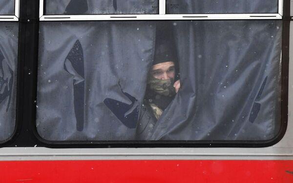 Funkcjonariusze organów ścigania w autobusie podczas nielegalnego protestu zwolenników Aleksieja Nawalnego w Moskwie - Sputnik Polska