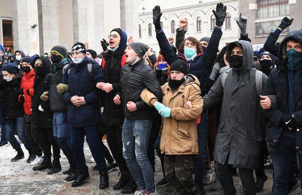 Uczestnicy nielegalnego protestu zwolenników Aleksieja Nawalnego w Moskwie - Sputnik Polska