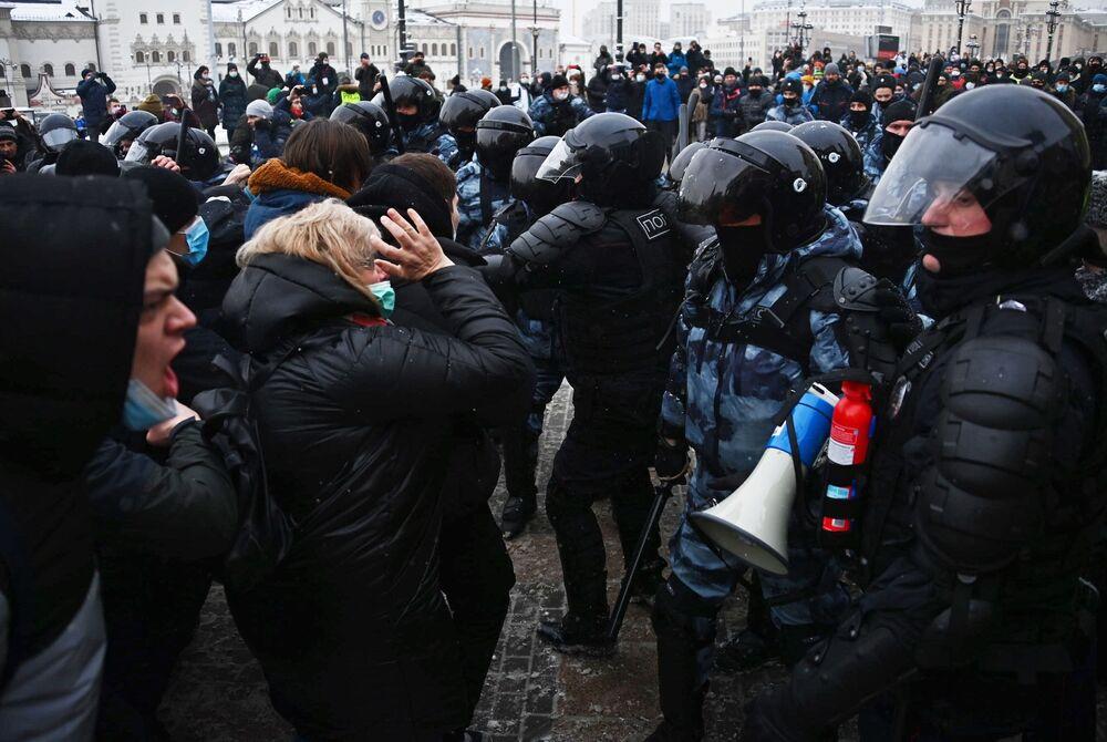 Funkcjonariusze organów ścigania i uczestnicy nielegalnego protestu zwolenników Aleksieja Nawalnego w Moskwie.