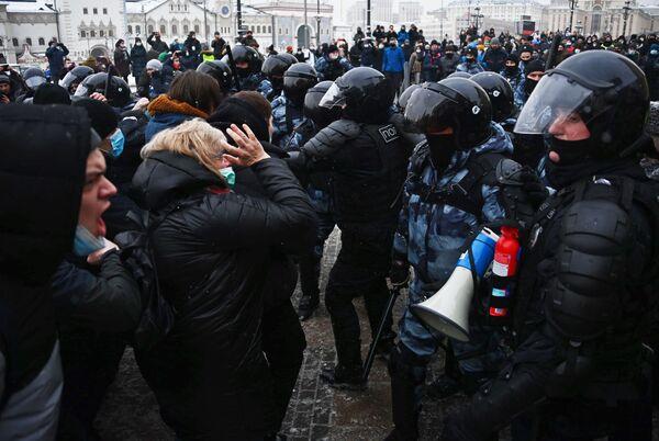 Funkcjonariusze organów ścigania i uczestnicy nielegalnego protestu zwolenników Aleksieja Nawalnego w Moskwie - Sputnik Polska
