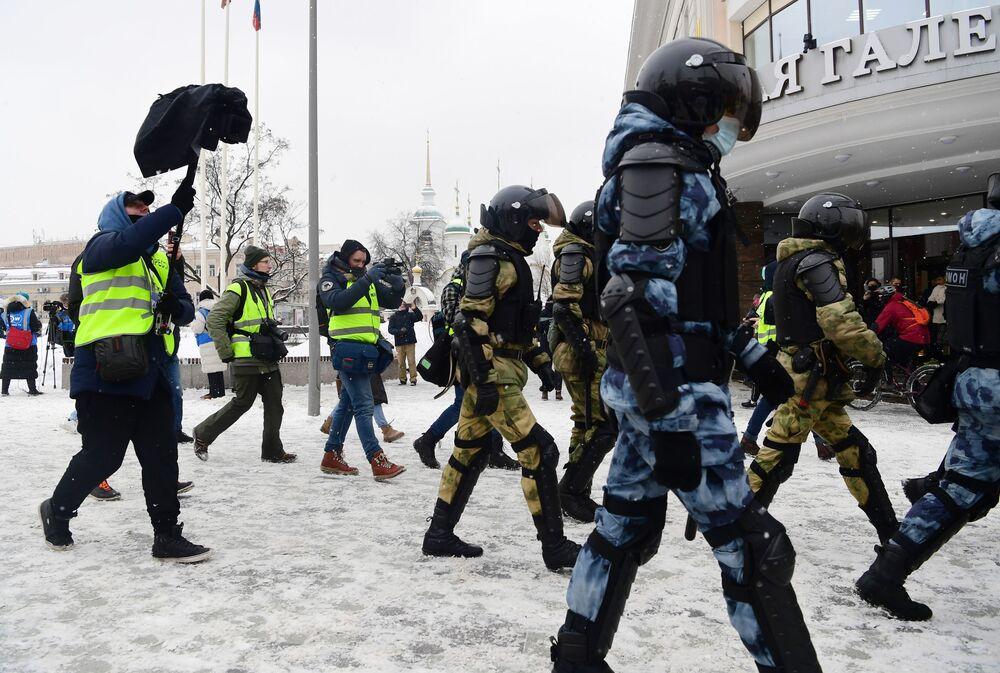 """Przedstawiciele mediów nagrywają prace funkcjonariuszy w okolicy stacji metra """"Sucharewskaja"""" w Moskwie podczas nielegalnego protestu zwolenników Aleksieja Nawalnego."""