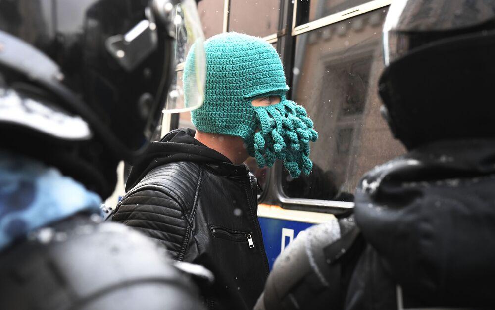 Funkcjonariusze zatrzymują uczestnika nielegalnego protestu zwolenników Aleksieja Nawalnego.