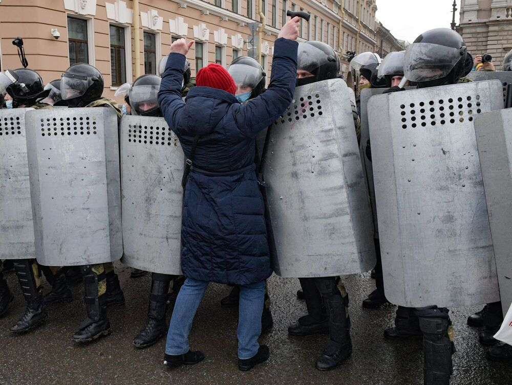 Funkcjonariusze organów ścigania i uczestniczka nielegalnego protestu zwolenników Aleksieja Nawalnego przy budynku Zgromadzenia Legislacyjnego w Petersburgu.