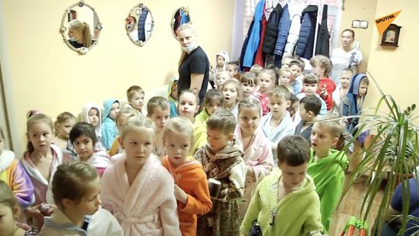 Oblewanie na mrozie: jak hartować dzieci - Sputnik Polska