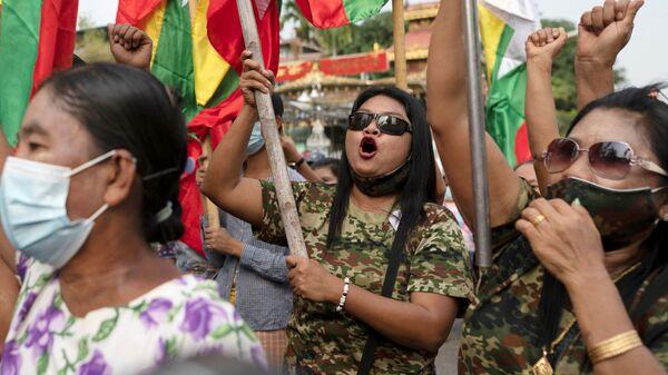 Zwolennicy wojska na proteście w Rangunie - Sputnik Polska
