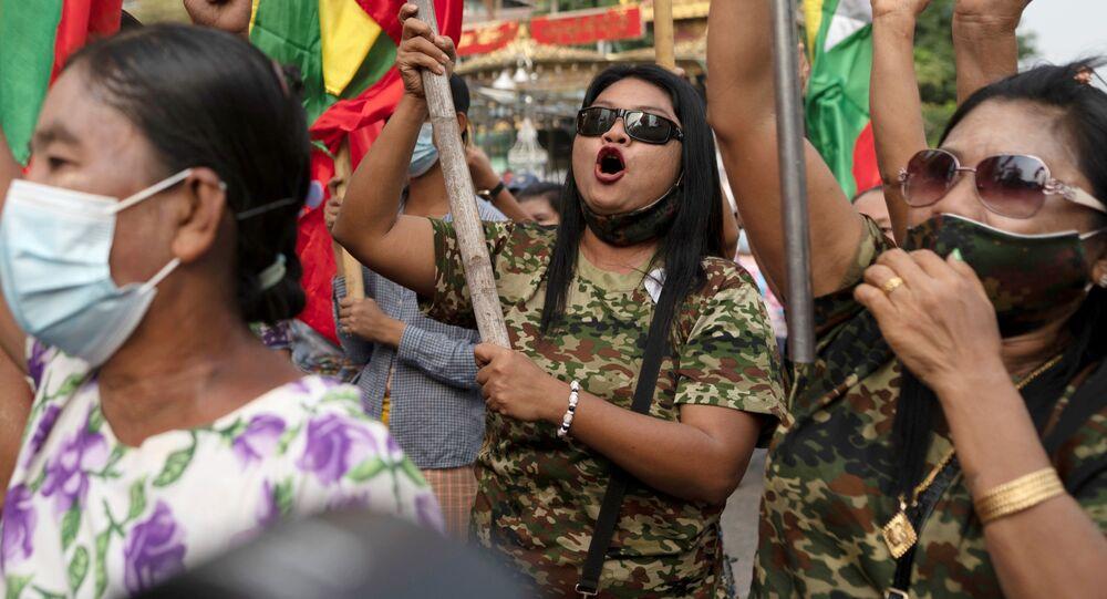 Zwolennicy wojska na proteście w Rangunie