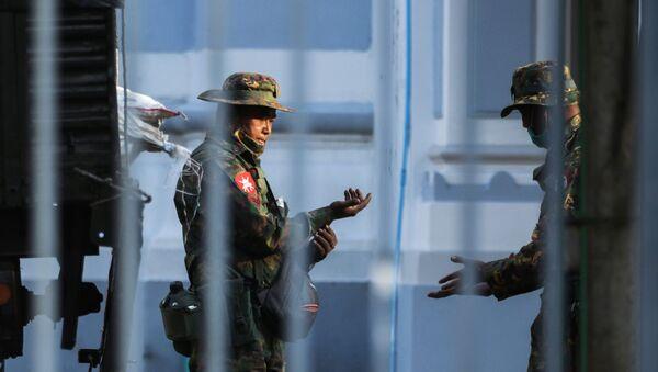 Żołnierze w ratuszu w Rangunie w Birmie - Sputnik Polska