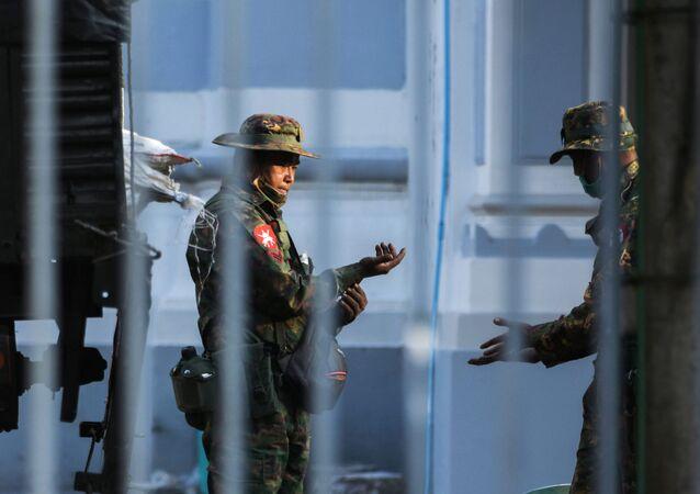 Żołnierze w ratuszu w Rangunie w Birmie