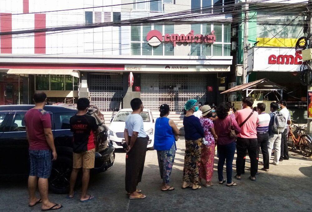 Ludzie w kolejce do banku w Jangon