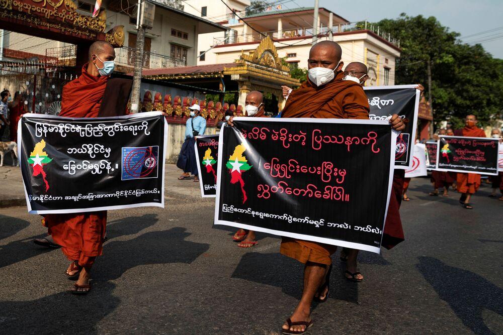 Mnisi buddyjscy, zwolennicy sił zbrojnych Mjanmy, biorą udział w proteście przeciwko Związkowej Komisji Wyborczej, wybranemu rządowi i zagranicznym ambasadom w Rangun, Birma