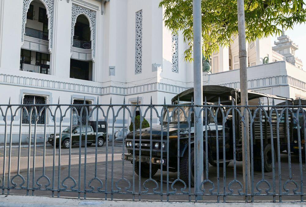 Sprzęt wojskowy na terenie Jangon City Hall