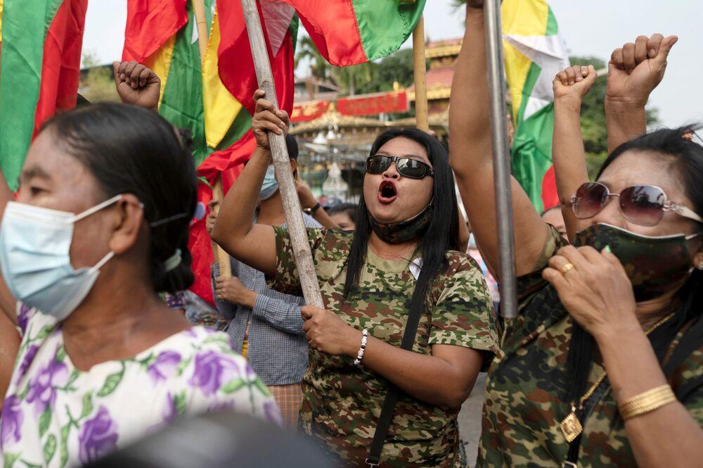 Wojskowi zwolennicy Mjanmy z flagami narodowymi biorą udział w proteście przeciwko Unijnej Komisji Wyborczej w Rangun