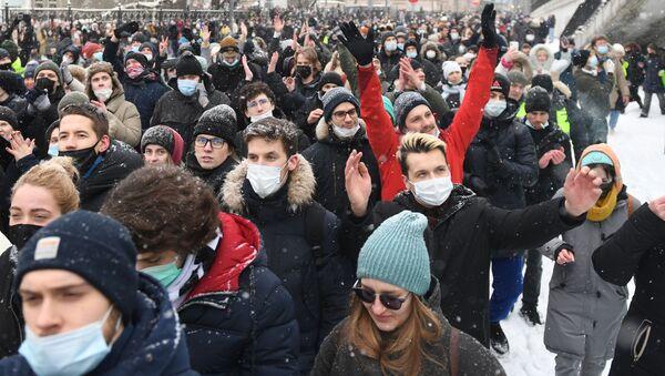 Uczestnicy nielegalnej akcji zwolenników Aleksieja Nawalnego w Moskwie - Sputnik Polska