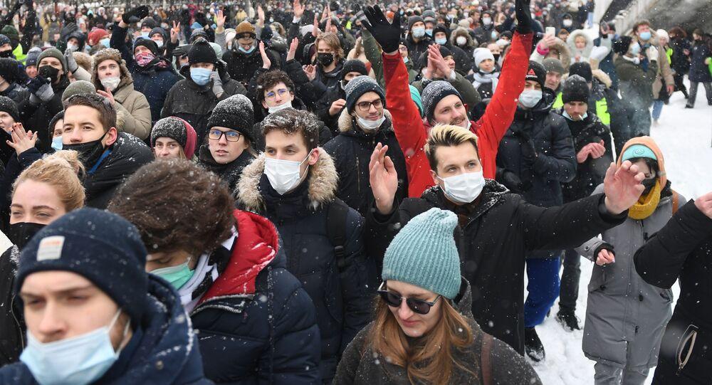 Uczestnicy nielegalnej akcji zwolenników Aleksieja Nawalnego w Moskwie