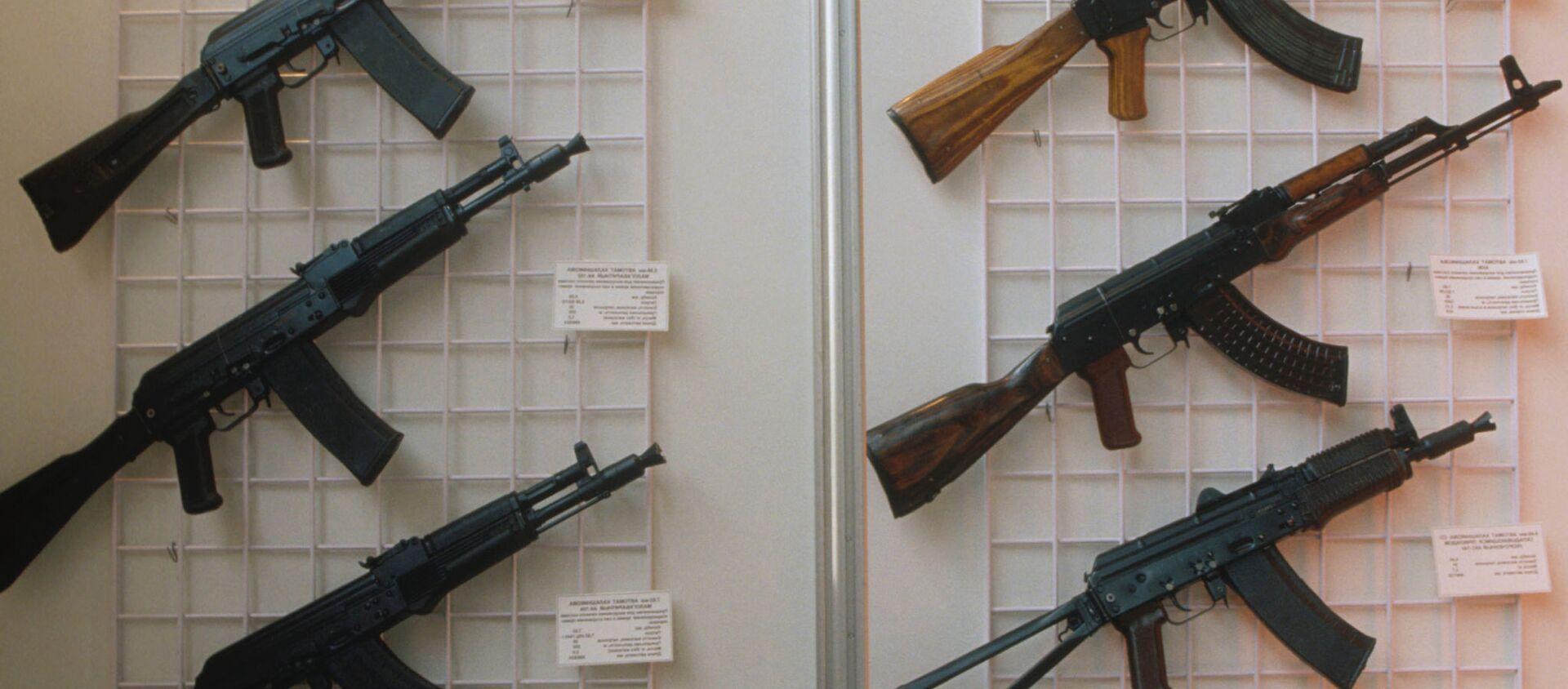 Automaty Kałasznikowa na wystawie w Moskwie, modele: AK-47, AKM, AKS-74U, AK-74MN, AK-10, AK-102, AK-104, AK-103 - Sputnik Polska, 1920, 01.02.2021