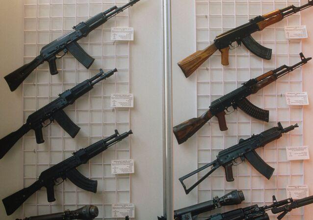 Automaty Kałasznikowa na wystawie w Moskwie, modele: AK-47, AKM, AKS-74U, AK-74MN, AK-10, AK-102, AK-104, AK-103