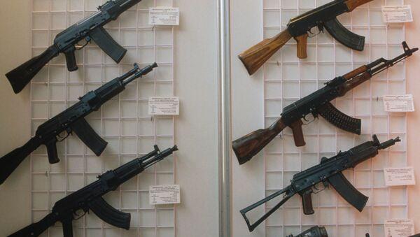Automaty Kałasznikowa na wystawie w Moskwie, modele: AK-47, AKM, AKS-74U, AK-74MN, AK-10, AK-102, AK-104, AK-103 - Sputnik Polska