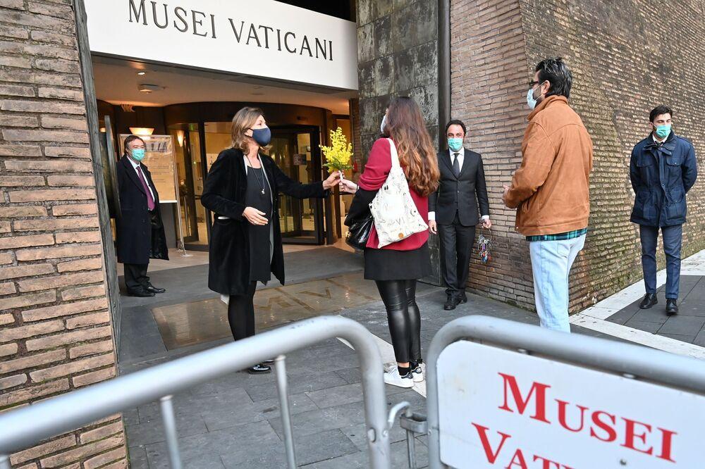 Dyrektor Muzeów Watykańskich Barbara Jatta przyjmuje pierwszych gości