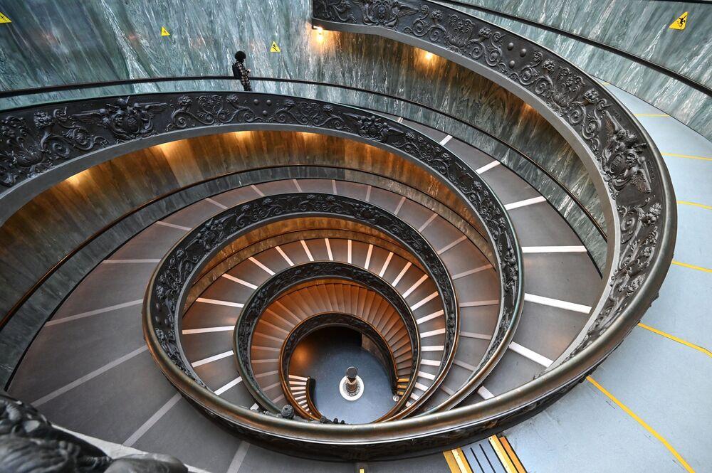 Mężczyzna schodzi po schodach w Muzeum Watykańskim