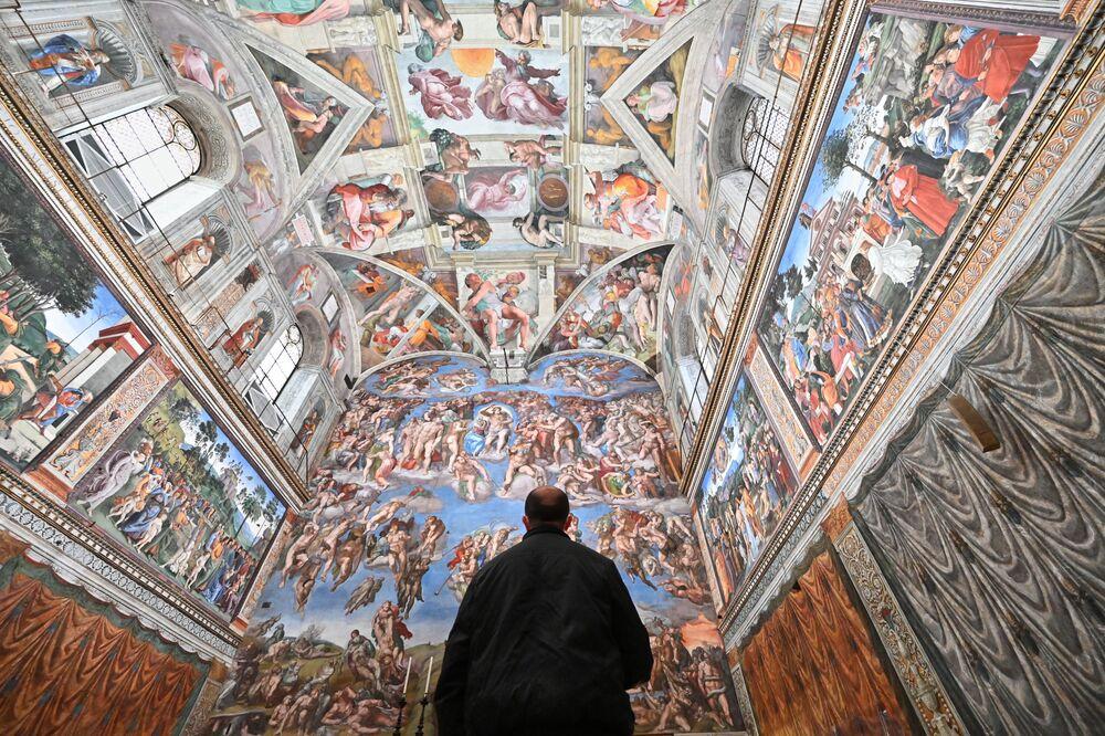 Gość w Kaplicy Sykstyńskiej w dniu ponownego otwarcia Muzeów Watykańskich