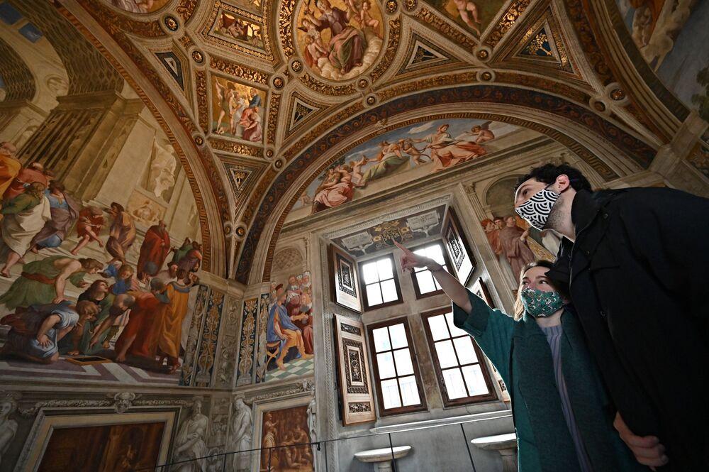 Odwiedzający w Muzeach Watykańskich po ich ponownym otwarciu