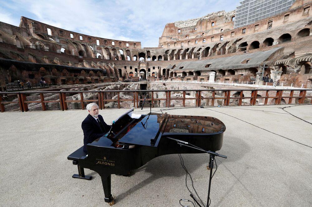 Koncert w Koloseum z okazji ponownego otwarcia muzeów w Rzymie we Włoszech 1 lutego 2021 r.