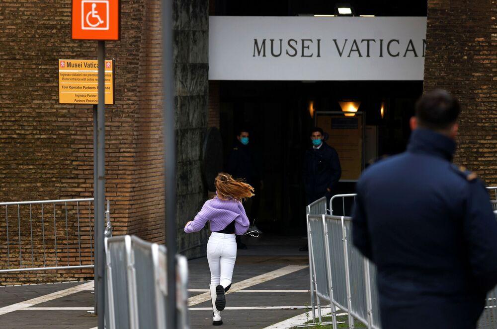 Dziewczyna biegnie do wejścia do Muzeum Watykańskiego