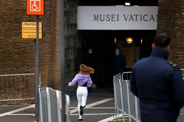 Dziewczyna biegnie do wejścia do Muzeum Watykańskiego - Sputnik Polska