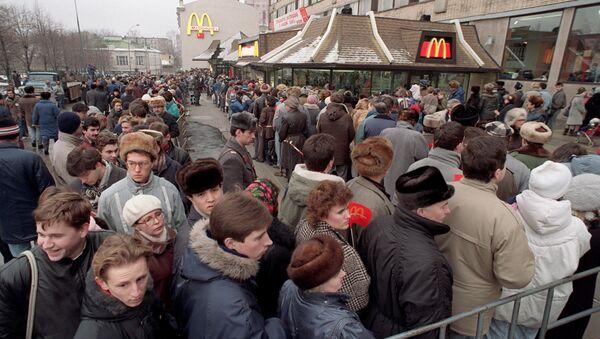 Kolejka do pierwszego McDonald's w Moskwie, 1990 rok - Sputnik Polska