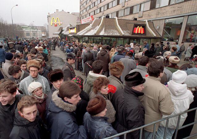 Kolejka do pierwszego McDonald's w Moskwie, 1990 rok