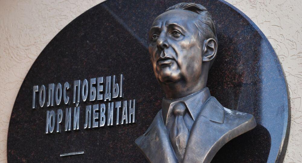 Tablica pamiątkowa i popiersie spikera All-Union Radio Jurija Lewitana przy wejściu do budynku MIA Rossiya Segodnya przy ulicy Piatnickiej w Moskwie.