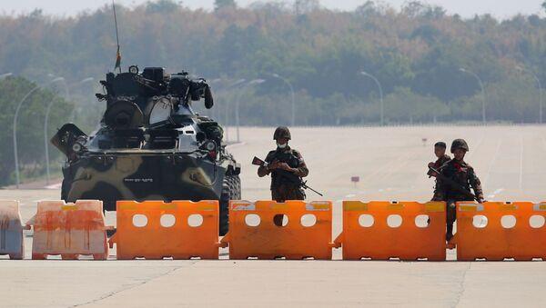Wojskowy punkt kontrolny w Birmie na trasie do centrum kongresowego Naypyidaw - Sputnik Polska
