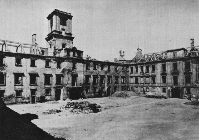 Zamek Królewski w 1941 roku bez dachu, celowo usunięty przez Niemców w celu przyspieszenia procesu dewastacji
