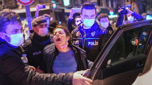 Turecka policja zatrzymuje kobietę podczas protestu - Sputnik Polska