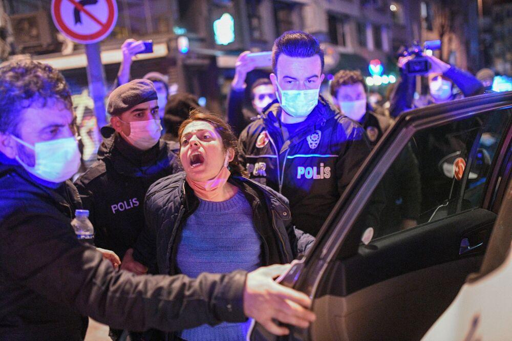 Turecka policja zatrzymuje kobietę podczas protestu