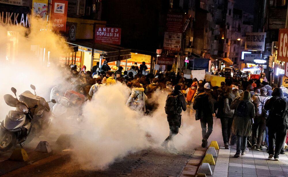 Demonstranci uciekają przed gazem łzawiącym podczas wiecu solidarnościowego ze studentami Uniwersytetu Bogazici