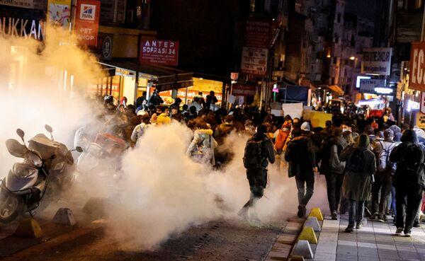 Demonstranci uciekają przed gazem łzawiącym podczas wiecu solidarnościowego ze studentami Uniwersytetu Bogazici - Sputnik Polska