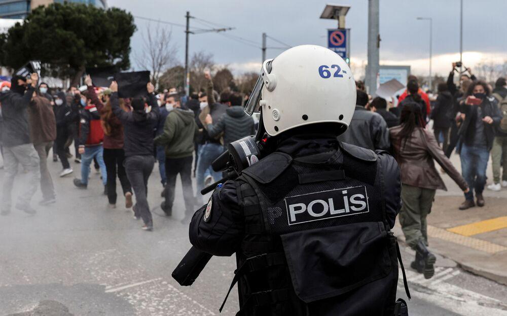 Turecka policja rozpędza wiec w Stambule