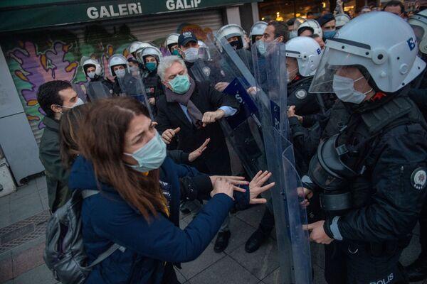 Policja i uczestnicy protestów w Turcji - Sputnik Polska
