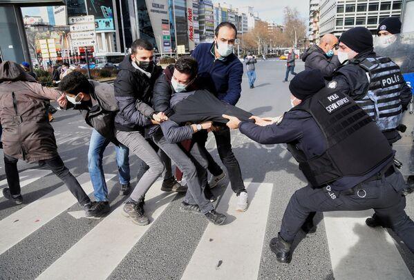 Protestujący i policja w Ankarze w Turcji - Sputnik Polska