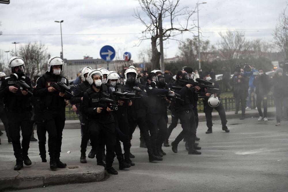 Funkcjonariusze policji podczas protestów w Stambule