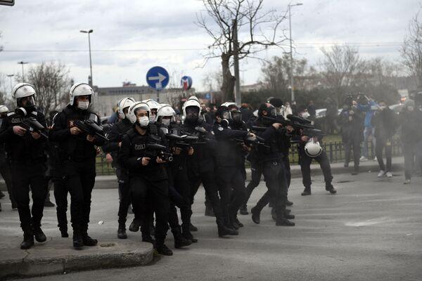 Funkcjonariusze policji podczas protestów w Stambule - Sputnik Polska