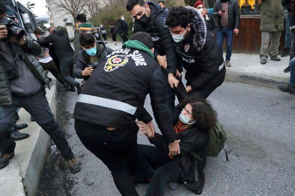 Protestujący i policja w pobliżu Uniwersytetu Bosfor w Stambule - Sputnik Polska